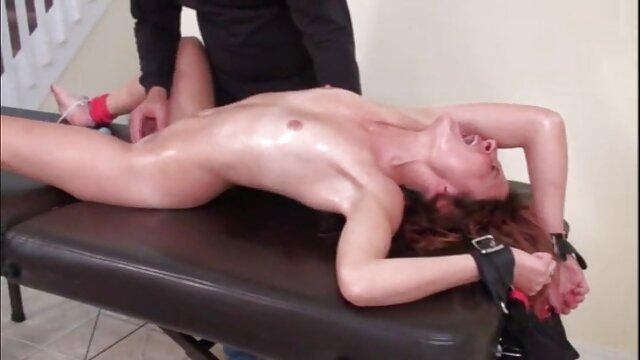 La tetona Nicole Vice juega con su audio latino porno estrecho chocho